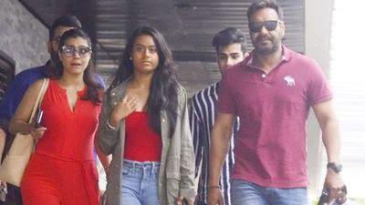 <p>मुंबई मिरर की रिपोर्ट के मुताबिक- कोरोना काल की वजह से काजोल अपनी बेटी को अकेले सिंगापुरनहीं भेजना चाहतीं। इसलिएवह कुछ समय के लिए बेटीके साथ सिंगापुर में रहेंगी। वहीं, अजय देवगन मुंबई में बेटे युग के साथ रहेंगे।<br /> </p>